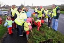 Lions and the Girls from the Rainbow group planting the Daffodils.